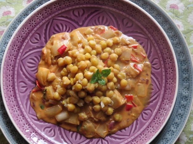 Kichererbsen auf Chicorée und Erdnuss-Sauce