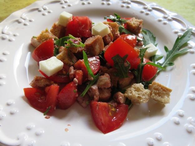 Brotsalat mit Tomate, Zwiebel, Mozzarella und Balsamico