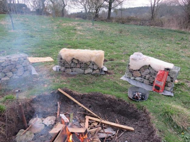 Feuerstelle mit Lammfellen