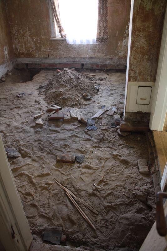 Boden im Bad ausgeschachtet