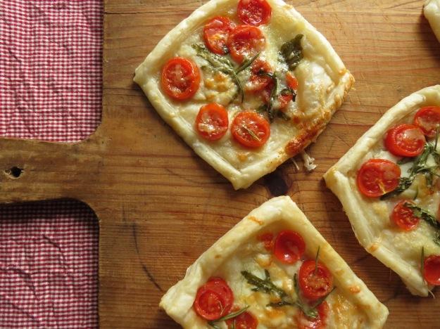Blätterteig-Stückchen mit Mozzarella und Tomate