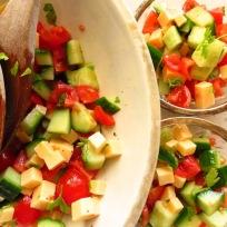 Gurkensalat mit Tomate und Gouda