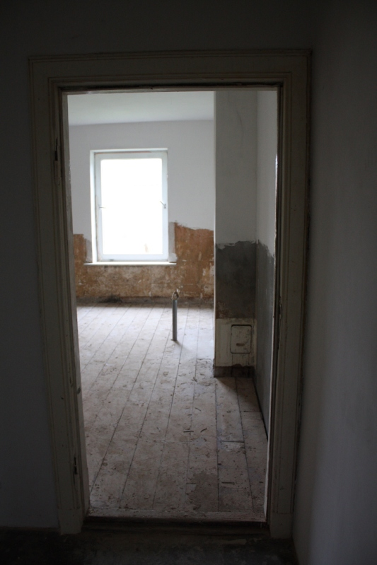 Wasserleitungen verlegt, Betonplatte gegossen, Wände verputzt, Pitchpine wieder rein - bald wird das Bad fertig sein.