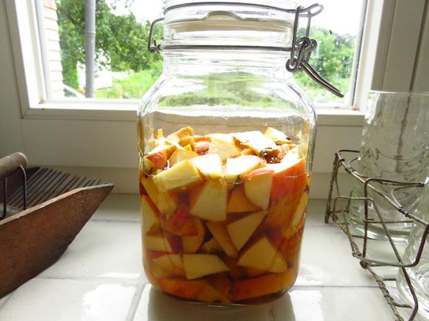 Mit Apfel aromatisierter Essig