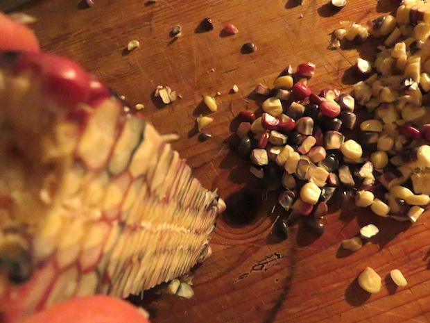 Zuckermais mit dem Messer entkernt