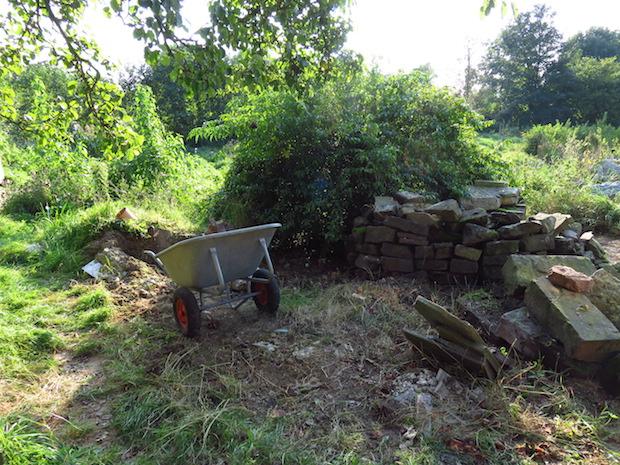 Hier standen etliche Quadratmeter Brennnesseln, die Steinhaufen (Zwischenlager) waren nicht mehr zu sehen