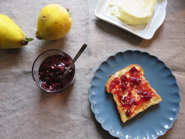 Marmeladenbrot mit Quittengelle mit Stückchen