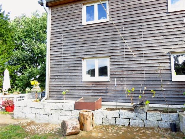 Hochbeet an Hausmauer und Spalier