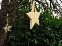 Holzstern als Adventsdekoration im Garten