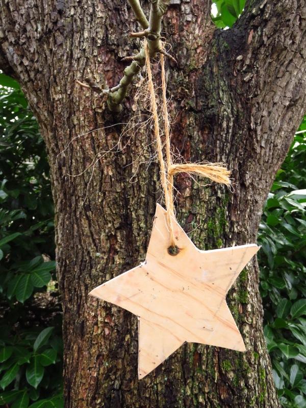 Holzstern als Gartendeko