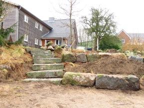 Die Anlage mit Treppe und Terrasse von unten