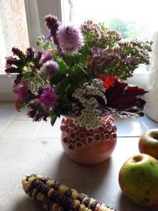 Ein Kräuter- und Blumenstrauß frisch aus dem Garten