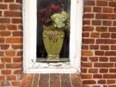 Alte Backstein-Fassade mit uraltem dänischen Fenster