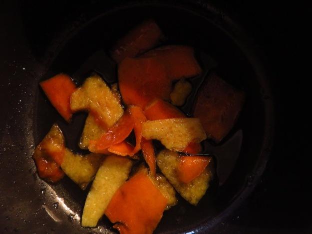 Orangenschalen im Kochtopf