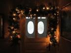Alte Türen mit Weihnachtsgirlande