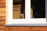 Das Fenster zum Hof mit rotem Kater