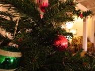Weihnachtsbaum und Ohrensessel in der Kök