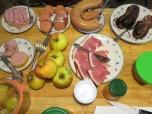 Lageräpfel und Fleischplatte