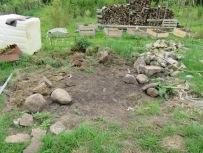 Steinhaufen endlich abgetragen, 2 Trecker-Anhänger, etwa 3 Jahre und immer noch nicht fertig