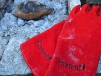 Süßkartoffel in der Glut mit flammo-Grillhandschuhen