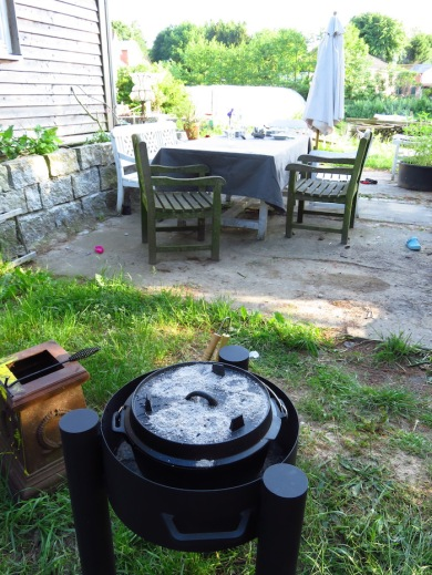 Kochen im Dutch Oven in der Feuerschale