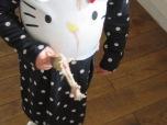Kind ohne Berührungsängste aber mit Hühnerbein
