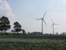 Dystopische Landschaft mit industrieller Landwirtschaft und Windrädern