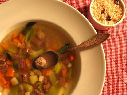 Frische Suppe mit Rindfleisch UND Hackbällchen