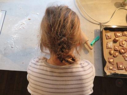 Hier backt die Tochter mit dem Vater im vergangenen Jahr - noch mit langen Haaren.