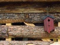 Vogelhaus am Holzunterstand