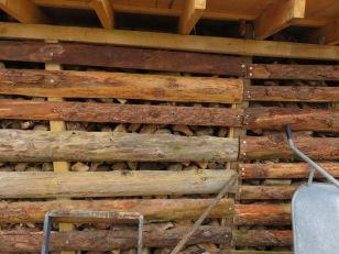 Holzunterstand fertig