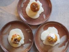 Berberitzen-Bratäpfel mit Zedernüssen und Vanillesauce