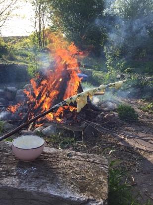 Lagerfeuer mit Stockbrot der Tochter